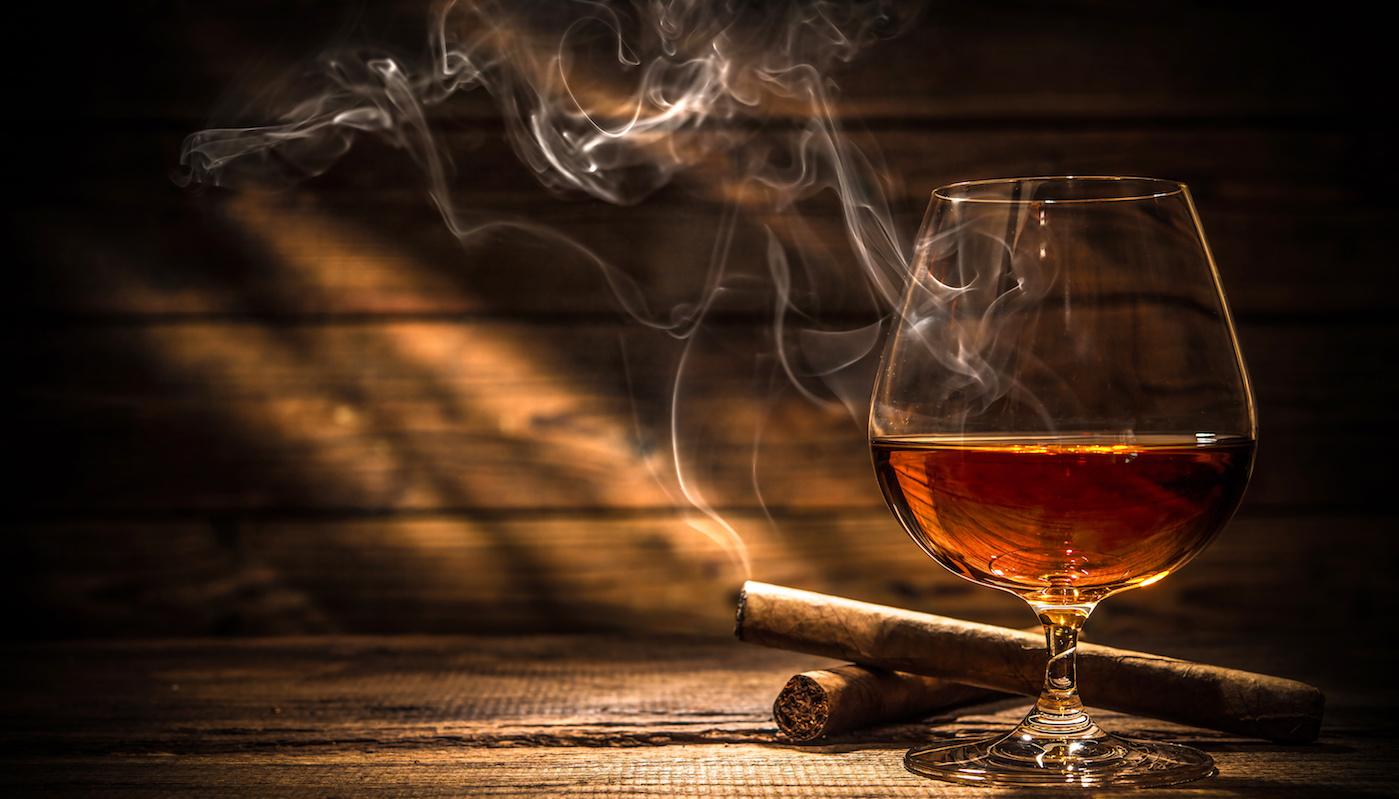 Ein Glas Scotch und zwei Cigars Northwoods Humidors für Zgarrendinner